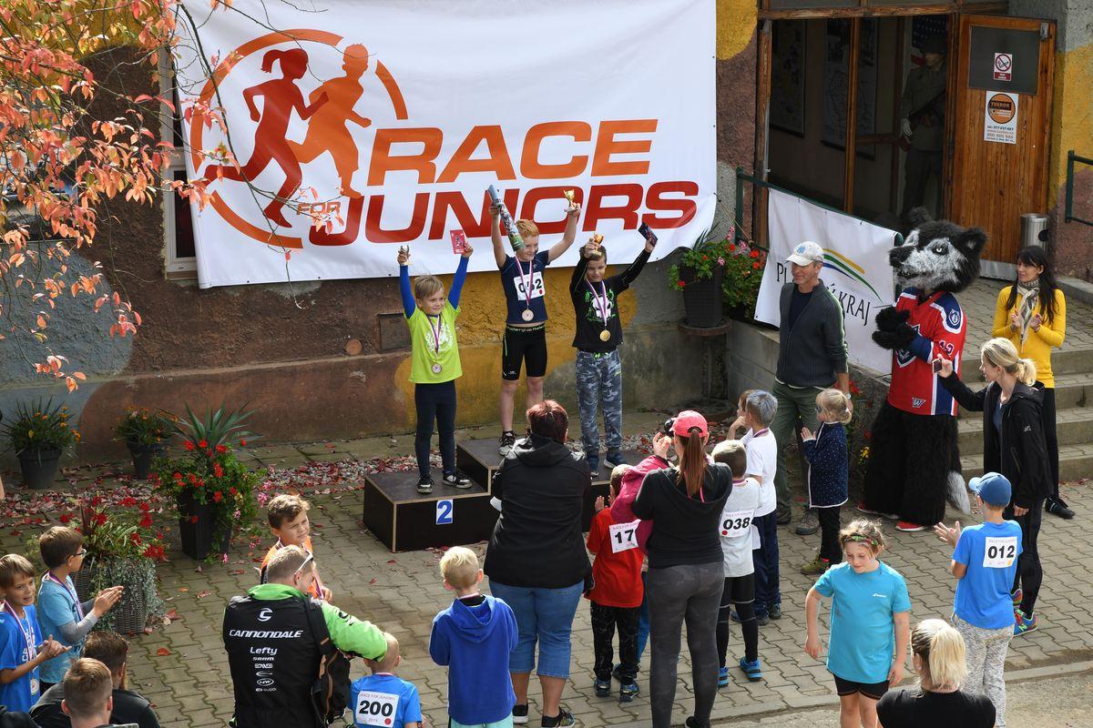 Vítězové závodu Race for Juniors si odnesli medaile a poháry s logem závodu